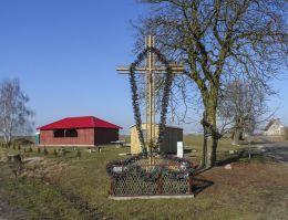 Krzyż przydrożny stojący na rozstaju dróg. Głubczyn, gmina Krajenka, powiat złotowski.
