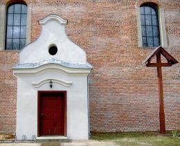 Drewniany krzyż przy kościele św. Anny i św. Mikołaja. Krajenka, powiat złotowski.