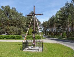Krzyż przydrożny. Plecemin,  gmina Tarnówka, powiat złotowski.