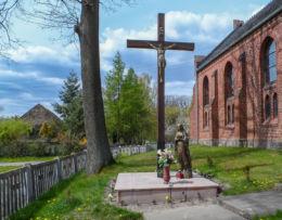 Krzyż przy kościele Podwyższenia Krzyża Świętego. Sokolna, gmina Tarnówka, powiat złotowski.