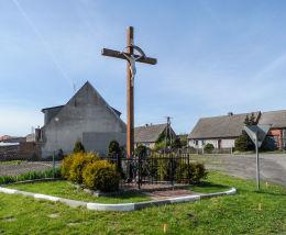 Krzyż przydrożny stojący przy wjeździe do wsi. Tarnówka, powiat złotowski.