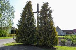 Krzyż przydrożny stojący na rozstaju dróg. Tarnówka, powiat złotowski.