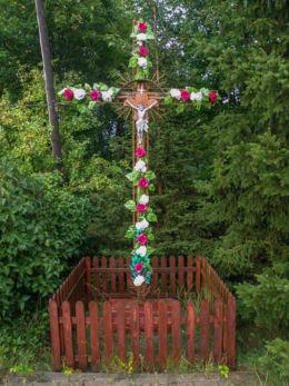 Krzyż przydrożny przy wylocie z miejscowości w kierunku Stepnicy. Żarnowo, gmina Stepnica, powiat goleniowski.