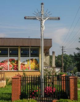 Krzyż przydrożny na skrzyżowaniu ulic Szkolnej i Słonecznej. Cerkwica, gmina Karnice, powiat gryficki.