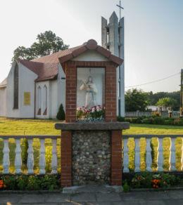 Kapliczka przed kościołem pw. Miłosierdzi Bożego. Przybiernówko, gmina Gryfice, powiat gryficki.