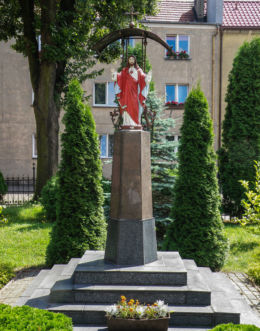 Figurka Jezusa przy kościele pw. Przemienienia Pańskiego. Mieszkowice, powiat gryfiński.