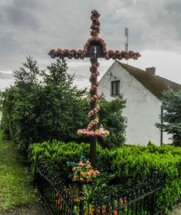 Krzyż przydrożny stojący przy drodze w kierunku Karnocic. Dargobądz, gmina Wolin, powiat kamieński.