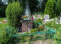 Przydrożna kapliczka oszklona z figurą św. Maryi. Mierzęcin, gmina Wolin, powiat kamieński.