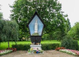 Przydrożna kapliczka Pani Fatimskiej przy rondzie Pionierów. Police, powiat policki.
