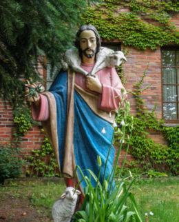 Figurka Jezusa przy Kaplicy Miłosierdzia Bożego. Police, powiat policki.