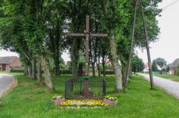 Krzyż przydrożny przy ul. Centralnej. Przęsocin, gmina Police, powiat policki.