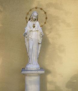 Figurka Matki Boskiej przy kościele pw. Najświętszego Serca Pana Jezusa. Tanowo, gmina Police, powiat policki.