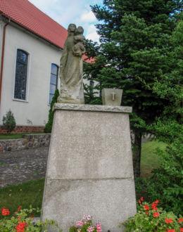 Figura Matki Bożej z Dzieciątkiem przy kościele pw. Podwyższenia Krzyża Świętego Trzebież, gmina Police, powiat policki.