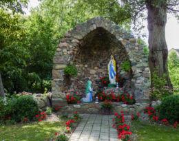 Kapliczka, grota obok kościoła św. Franciszka z Asyżu. Barzowice, gmina Darłowo, Sławno County.