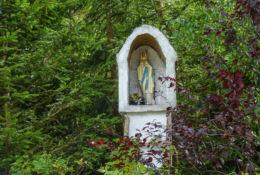 Przydrożna kamienna kapliczka słupowa z wnęką. Barzowice, gmina Darłowo, Sławno County.