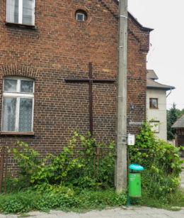 . Krzyż na budynku nr.4 przy ulicy Kościelnej. Szczecin, Szczecin.