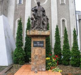 Figurka Jana Bosko przy kościele na ulicy Lwowskiej. Szczecin, Szczecin.
