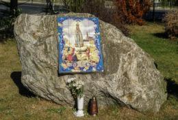 Mozaika na głazie Matki Bożej Fatimskiej przy kościele pw. Niepokalanego Serca NMP. Szczecin, Słoneczne, Szczecin.