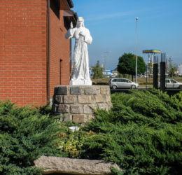 Figurka Jezusa przy kościele w  pobliżu Sanktuarium Matki Bożej z Fatimy. Szczecin, Słoneczne, Szczecin.