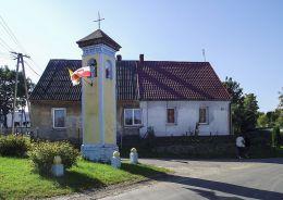 Przydrożna kapliczka słupowa. Strączno, gmina Wałcz, powiat wałecki.