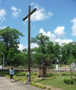 Krzyż przy kościele pw. św. Antoniego. Człopa, powiat wałecki.