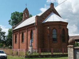 Kapliczka z figurą Matki Boskiej przy kościele na dawnym pomniku pierwszowojennym. Jaglice, gmina Człopa, powiat wałecki.