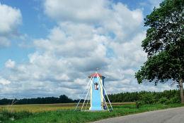 Kapliczka na skraju wsi przy drodze do Miłogoszczy. Mielęcin, gmina Tuczno, powiat wałecki.