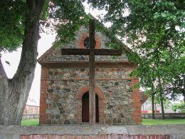 Krzyż przed kościołem filialnym Świętej Trójcy. Miłogoszcz, gmina Tuczno, powiat wałecki.