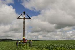 Krzyż przydrożny stojący w polu, powiat dzierżoniowski.