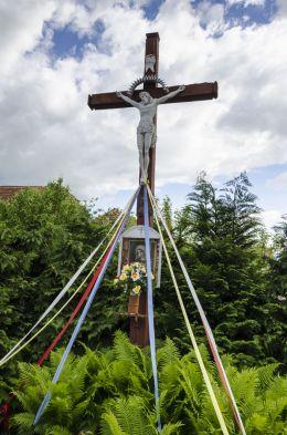 Krzyż przydrożny z kapliczką Matki Boskiej. Książnica, gmina Dzierżoniów, powiat dzierżoniowski.