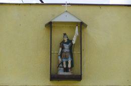 Kapliczka Św. Floriana na budynku remizy. Jaźwina, gmina Łagiewniki, powiat dzierżoniowski.