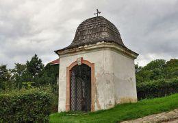 Barokowa kapliczka przy drodze wiodącej na zamek w Bolkowie. Bolków, powiat jaworski.