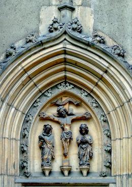 Kapliczka wnękowa. Boża Męka w portalu bocznym kościoła św. św. Erazma i Pankracego. Jelenia Góra.