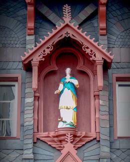 Figura Matki Boskiej w elewacji dawnej szkoły katolickiej. Karpacz.
