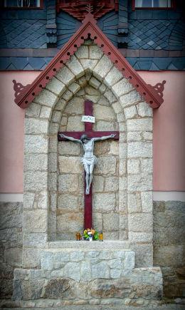 Krzyż na ścianie dawnej szkoły katolickiej. Karpacz.