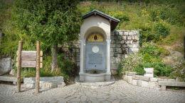 Przydrożna kapliczka - pomnik Fryderyki von Reden przy Świątyni Wang. Karpacz.