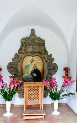 Kapliczka św. Maksymiliana Marii Kolbego przy kościele Niepokalanego Poczęcia Najświętszej Maryi Panny. Łomnica, gmina Mysłakowice.