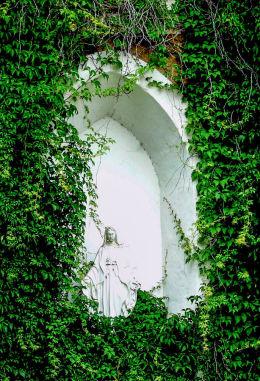 Kapliczka niszowa Matki Boskiej w fasadzie kościoła Niepokalanego Poczęcia Najświętszej Maryi Panny. Łomnica, gmina Mysłakowice.
