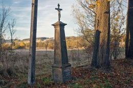 Krzyż przydrożny metalowy na kamiennym postumencie. Dobromyśl, gmina Kamienna Góra, powiat kamiennogorski.