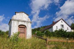 Przydrożna kapliczka domkowa. Okrzeszyn, gmina Lubawka, powiat kamiennogorski.