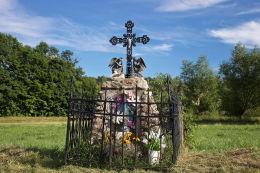 Przydrożna kapliczka murowana zwieńczona metalowym krzyżem stojąca na rozstaju dróg. Stara Białka, gmina Lubawka, powiat kamiennogorski.