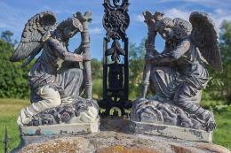 Figury aniołów na szczycie przydrożnek kapliczki stojącej na rozstaju dróg. Stara Białka, gmina Lubawka, powiat kamiennogorski.