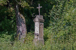 Krzyż przydrożny metalowy na kamiennym postumencie stojący na skraju wsi. Uniemyśl, gmina Lubawka, powiat kamiennogorski.