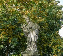 Przydrożna kapliczka z figurą św. Jana Nepomucena. Międzylesie, powiat kłodzki.