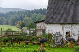 Kapliczka przydomowa obok domu nr 59. Stary Gierałtów, gmina Stronie Śląskie, powiat kłodzki.