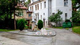 Kapliczka Matki Boskiej przed plebanią kościoła Niepokalanego Poczęcia Najświętszej Marii Panny. Chojnów, powiat legnicki.