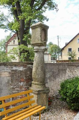 Kamienna kapliczka słupowa z wnęką na cmentarzu parafialnym. Lubomierz, powiat lwówecki.