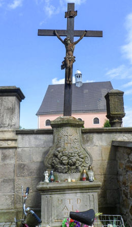 Kapliczka z krzyżem z XVIII w. przy cmentarzu parafialnym. Lubomierz, powiat lwówecki.