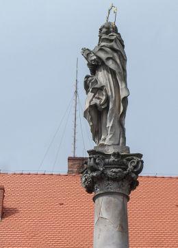 Rzeźba Matki Boskiej w barokowej grupie figuralnej,wotum dla ofiar zarazy z 1613 r. Lubomierz, powiat lwówecki.