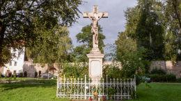 Kamienny krzyż przy kościele Wniebowzięcia NMP. Lwówek Śląski, powiat lwówecki.